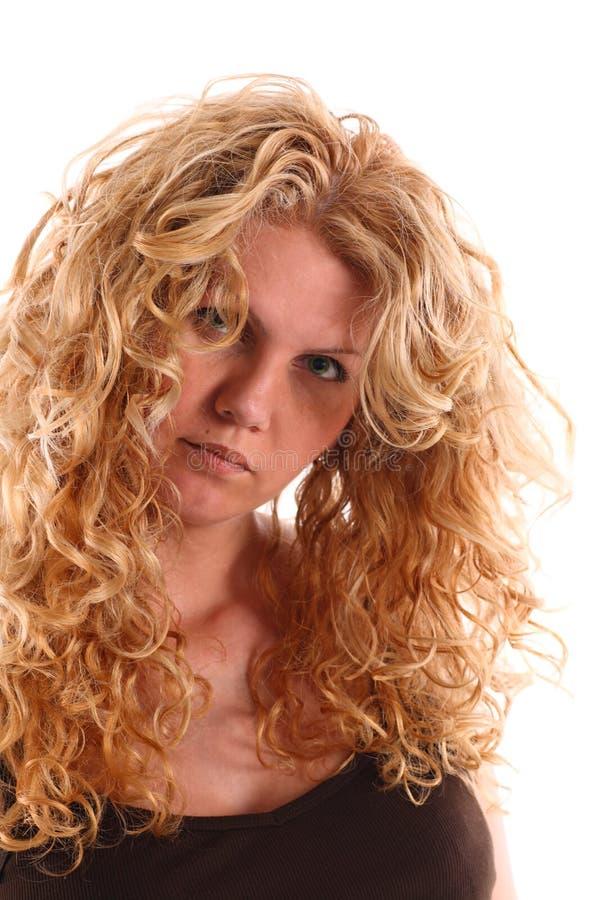 Portret van een vrouw met lang blonde krullend haar stock afbeeldingen