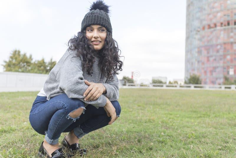 Portret van een vrouw met wol GLB en sweater in park stock foto