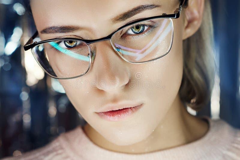 Portret van een vrouw in neon gekleurde bezinningsglazen op de achtergrond Goede visie, perfecte make-up op meisjesgezicht Het Po stock afbeeldingen
