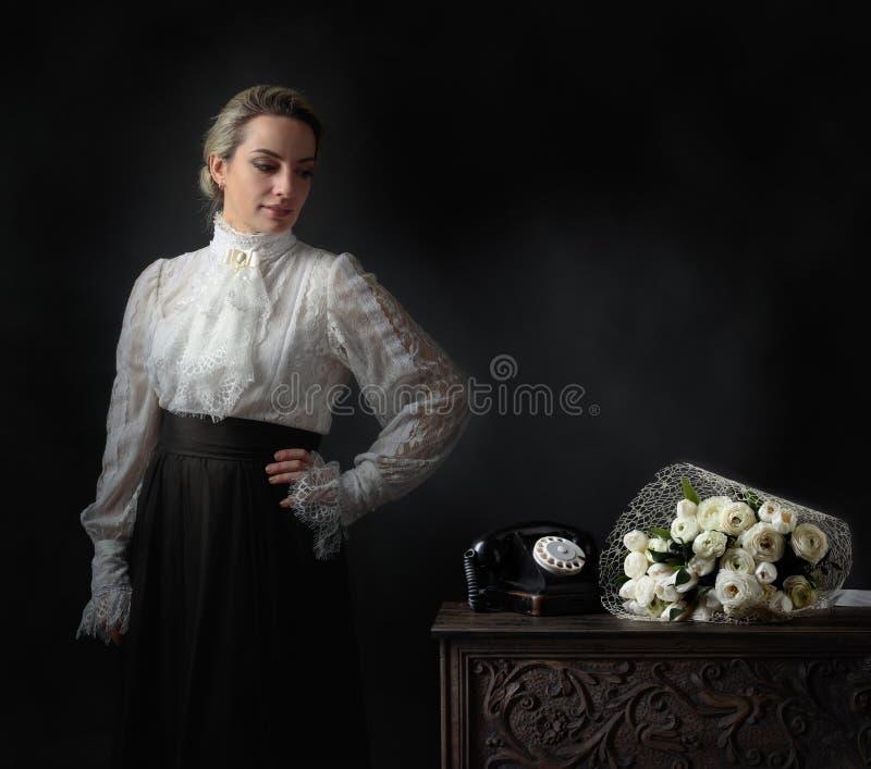 Portret van een vrouw in retro kleren royalty-vrije stock foto's