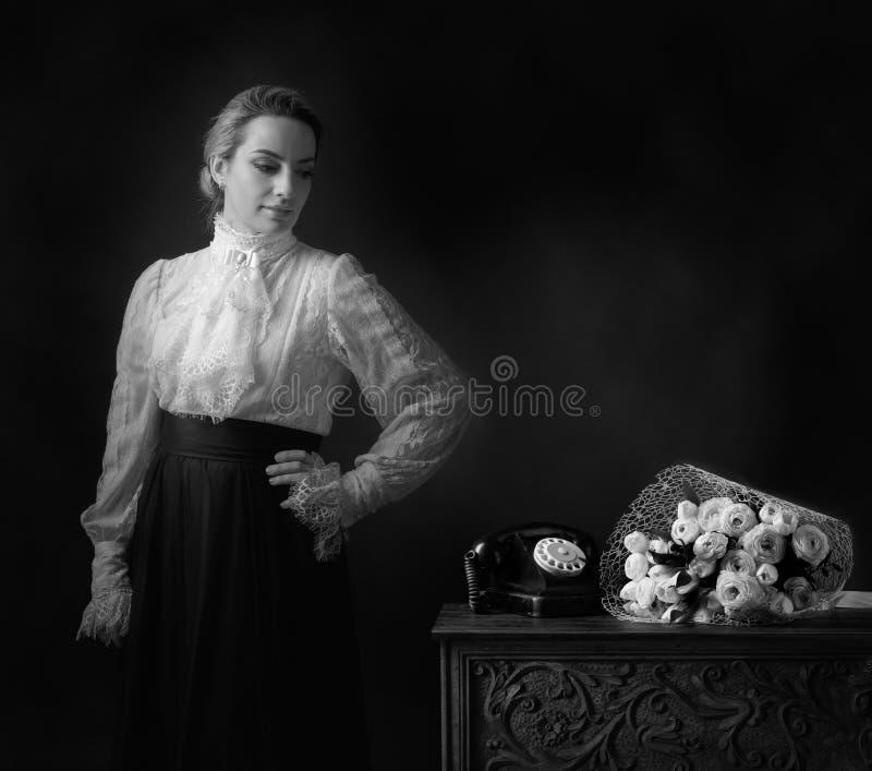 Portret van een vrouw in retro kleren stock fotografie