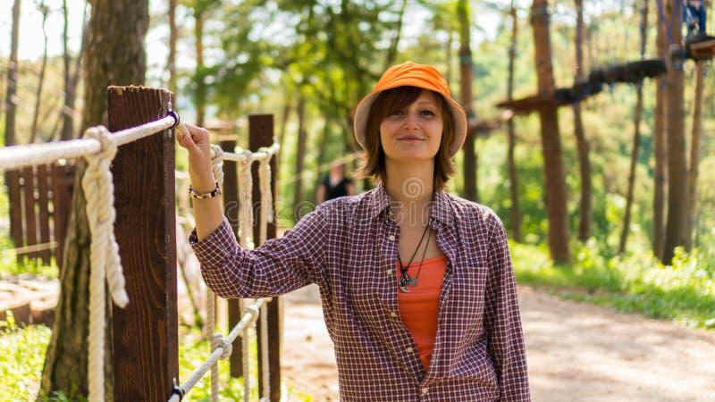 Portret van een vrouw in een stadspark royalty-vrije stock fotografie