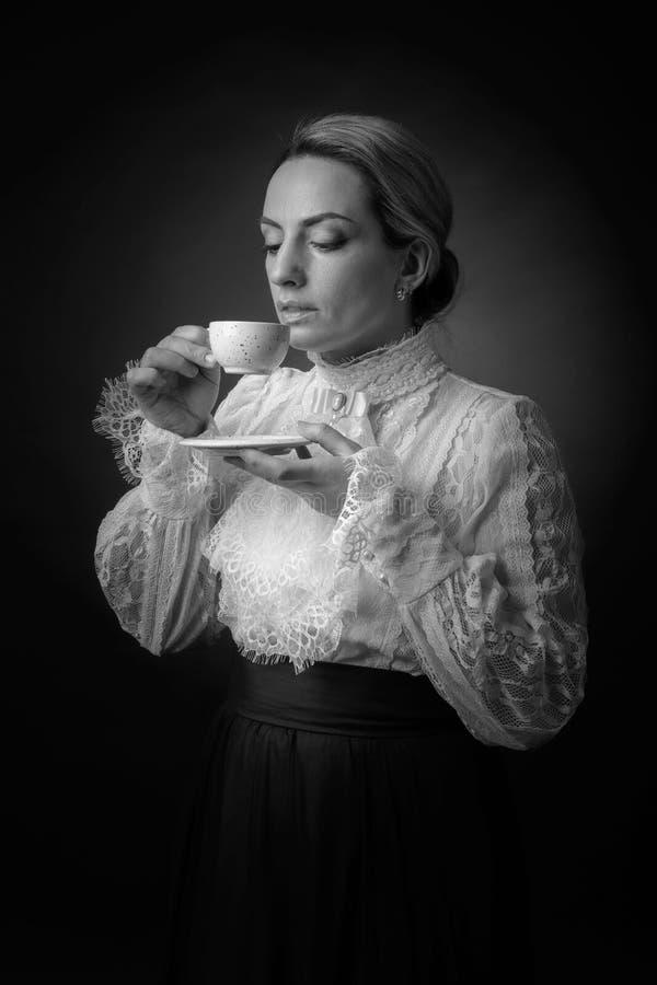 Portret van een vrouw in Victoriaanse kleren met een kop van koffie royalty-vrije stock foto's
