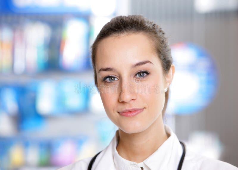 Portret van een vrouwelijke apotheker stock afbeelding