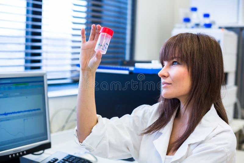 Portret van een vrouwelijke onderzoeker die onderzoek naar een chemielaboratorium uitvoeren royalty-vrije stock fotografie