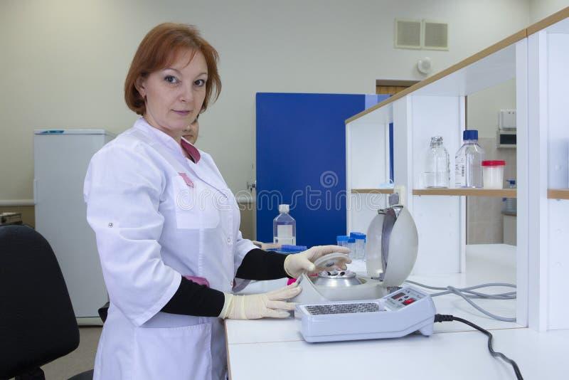 Portret van een vrouwelijke onderzoeker die onderzoek naar een laboratorium doen stock foto's