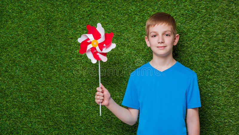 Portret van een vuurrad van de jongensholding over gras stock afbeelding