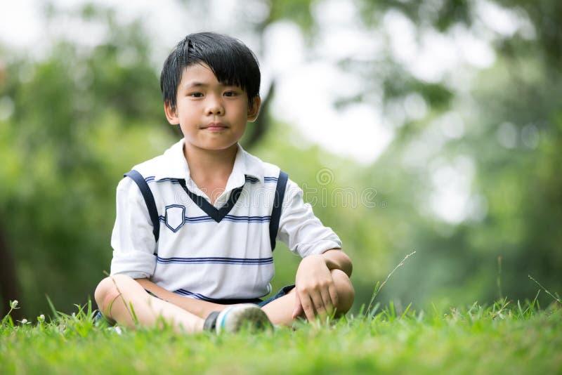 Portret van een weinig Aziatische jongen in het park stock afbeeldingen
