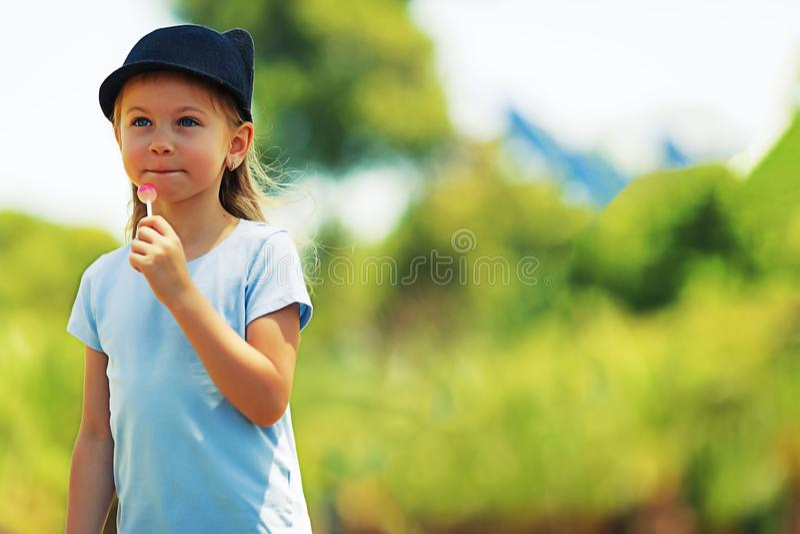 Portret van een weinig charismatisch meisje meisje in een hoofddeksel Meisje met suikergoed kunst die foto retoucheren royalty-vrije stock foto's