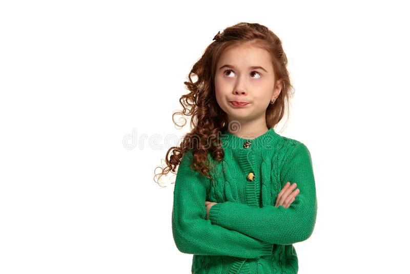 Portret van een weinig donkerbruin meisje met het lange, krullende haar stellen ge?soleerd op witte achtergrond stock afbeelding