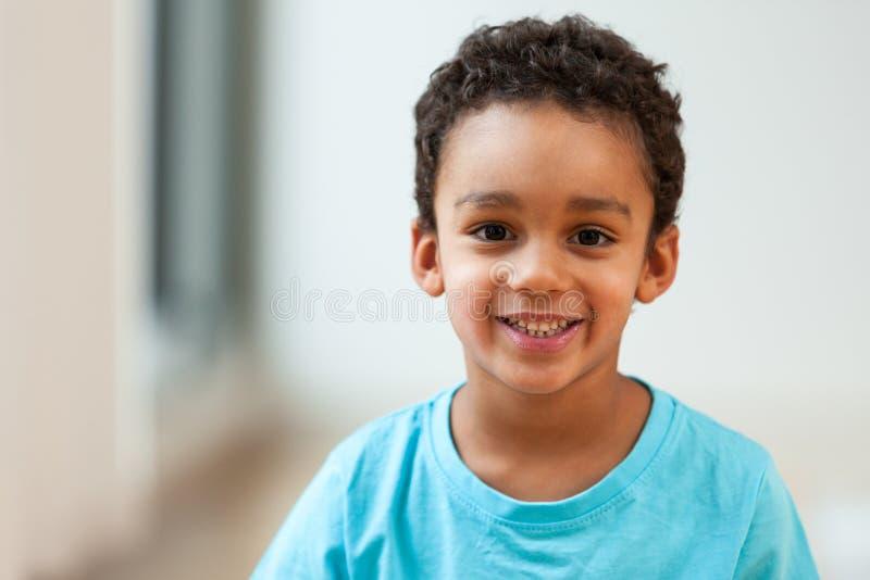 Portret van een weinig het Afrikaanse Amerikaanse jongen glimlachen royalty-vrije stock afbeelding