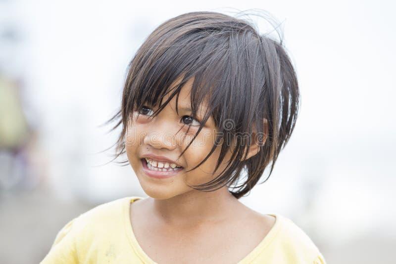 Portret van een weinig Indonesisch meisje bij de straten stock fotografie