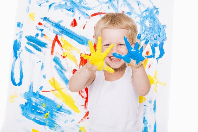 Portret van een weinig slordige jong geitjeschilder school peuter Onderwijs creativiteit royalty-vrije stock afbeelding