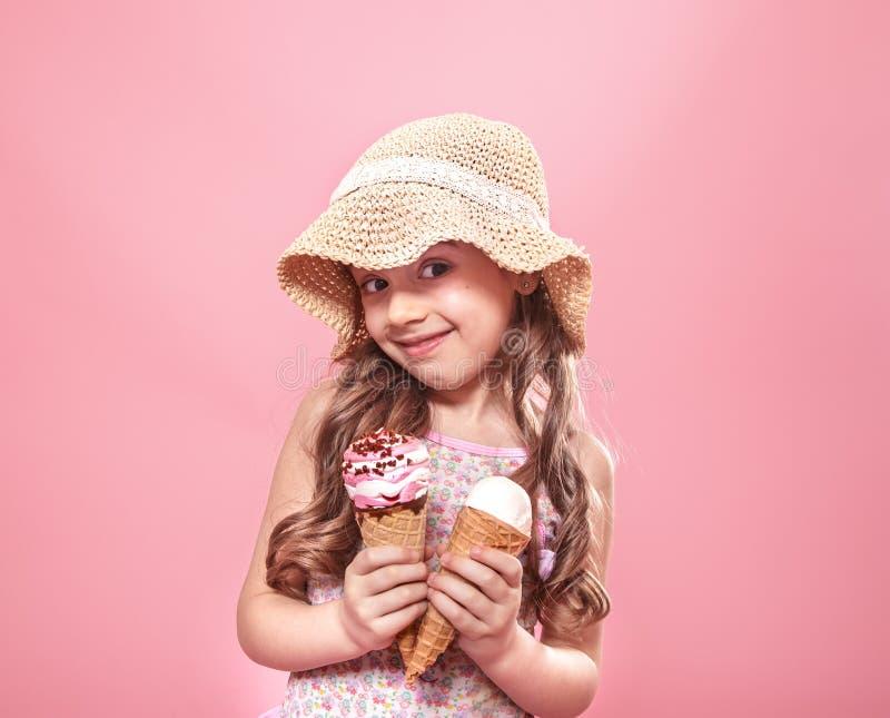 Portret van een weinig vrolijk meisje met roomijs op een gekleurde achtergrond royalty-vrije stock fotografie