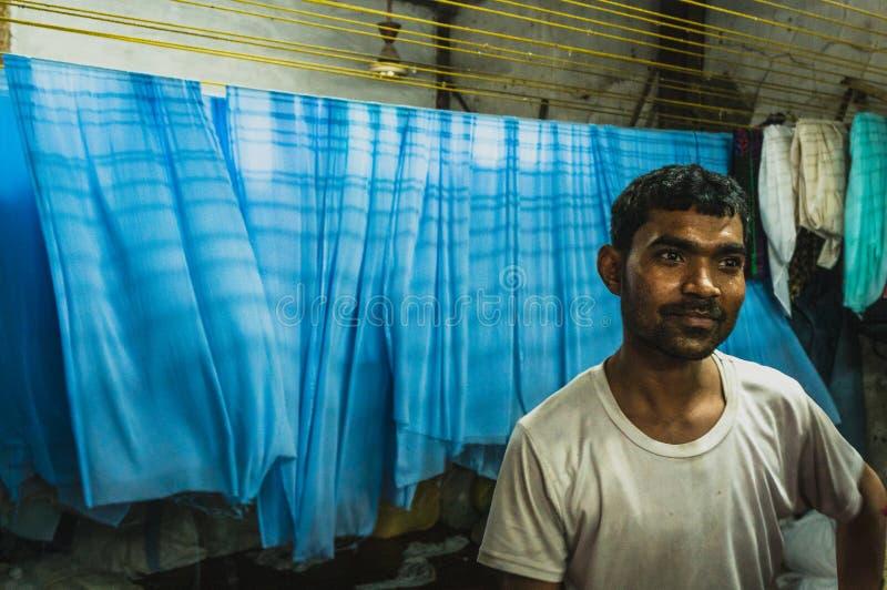 Portret van een werkende mens in de dharavikrottenwijk van Bombay stock afbeeldingen