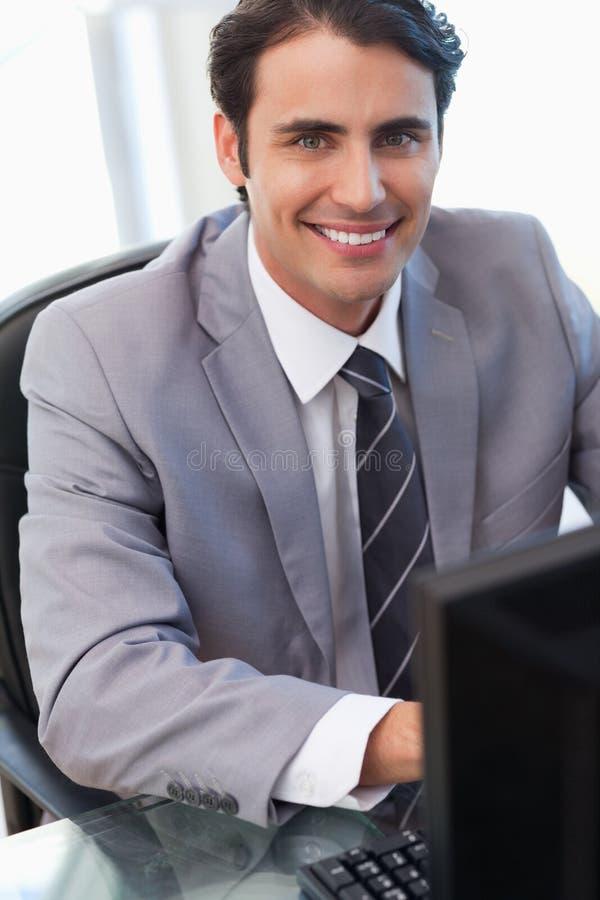 Portret van een zakenman die met een computer werkt stock fotografie