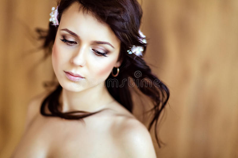 Portret van een zeer leuk sensueel mooi meisjesbrunette met cl royalty-vrije stock afbeelding