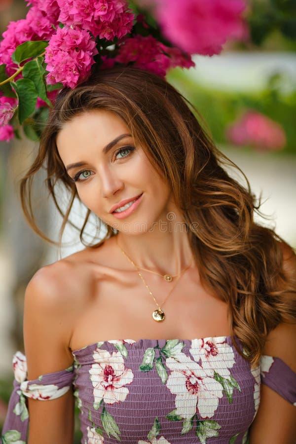 Portret van een zeer mooi sensueel en sexy meisje in lang dre stock fotografie