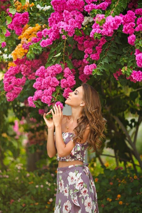 Portret van een zeer mooi sensueel en sexy meisje in lang dre stock foto