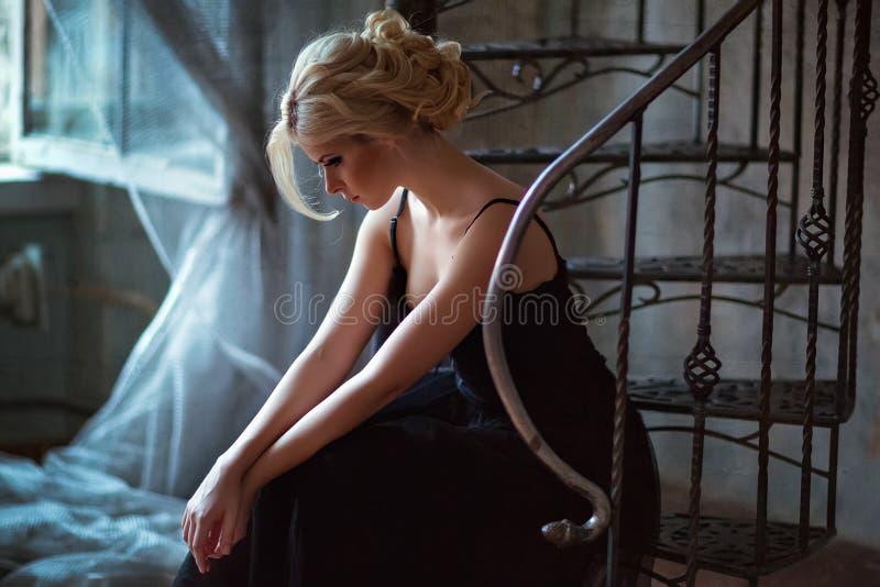 Portret van een zeer mooi sensueel meisjesblonde met rokerig ijs stock afbeelding