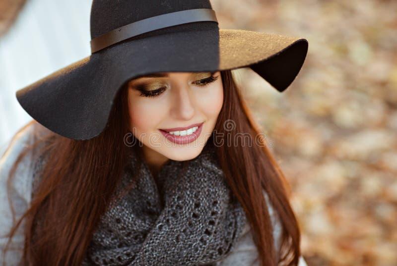 Portret van een zeer mooie jonge donkerbruine vrouw met glanzende streptokok royalty-vrije stock afbeelding