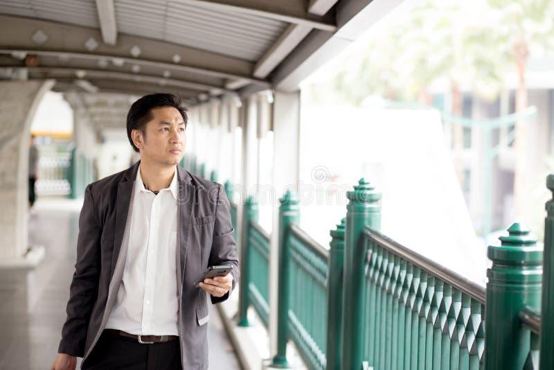 Portret van een zekere bedrijfsmensenholding die telefoongesprek kijken stock foto
