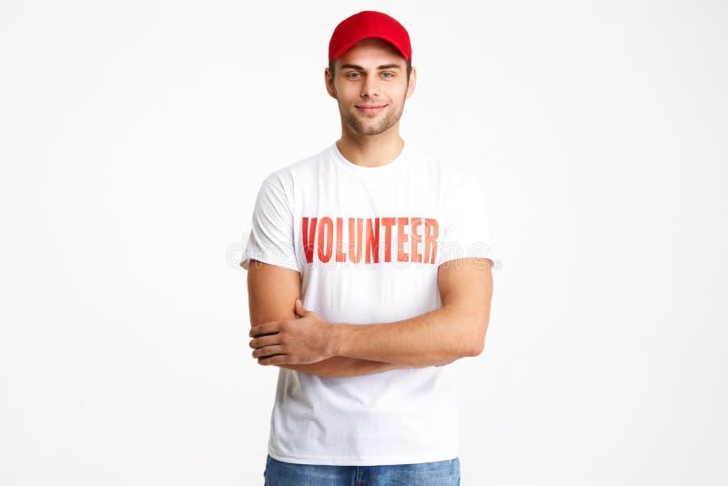 Portret van een zekere glimlachende mens die vrijwilligerst-shirt dragen stock afbeelding