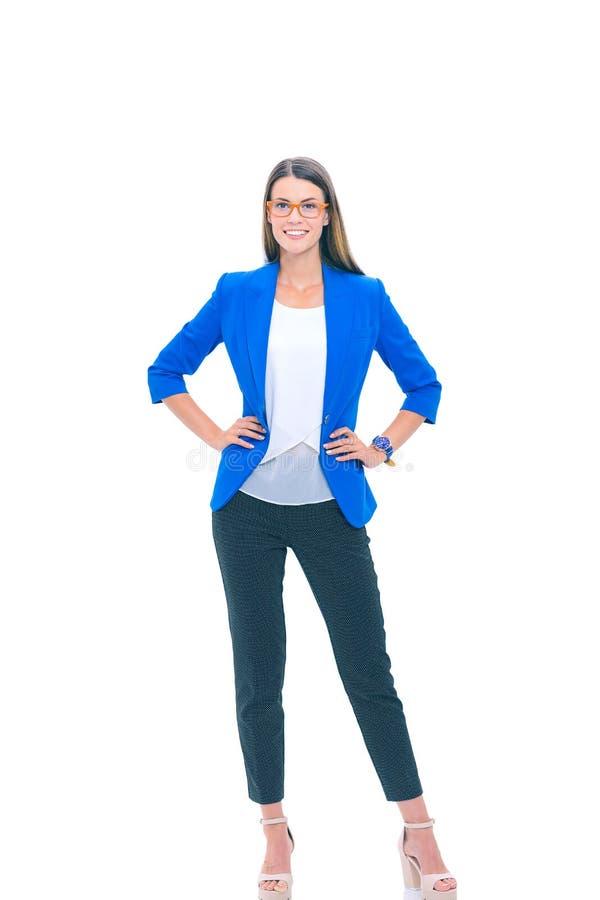 Portret van een zekere jonge vrouw status geïsoleerd op witte achtergrond stock fotografie
