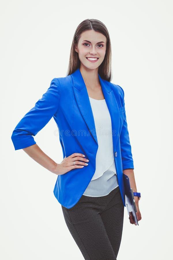 Portret van een zekere jonge vrouw status geïsoleerd op witte achtergrond royalty-vrije stock afbeeldingen
