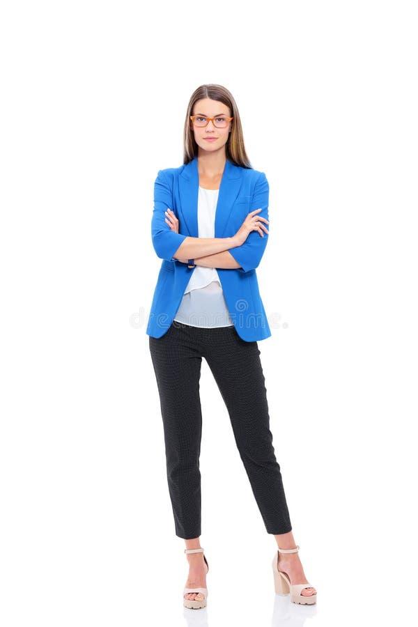 Portret van een zekere jonge vrouw status geïsoleerd op witte achtergrond royalty-vrije stock afbeelding