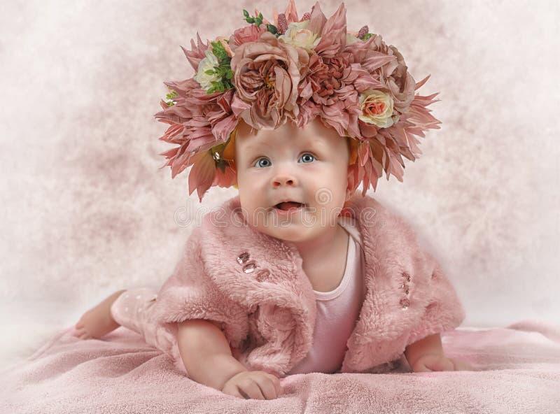 Portret van een zes maanden oudmeisje stock fotografie