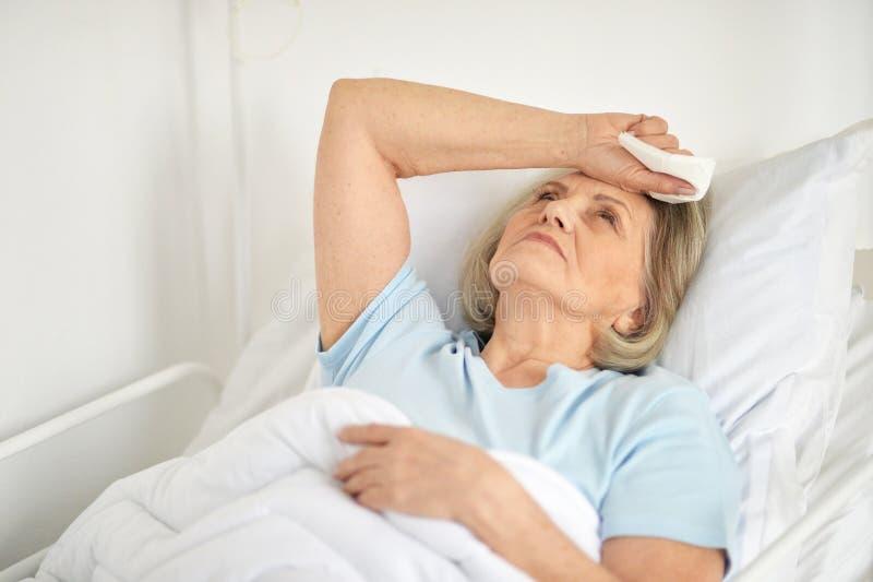 Portret van een zieke hogere vrouw in het ziekenhuis royalty-vrije stock afbeelding