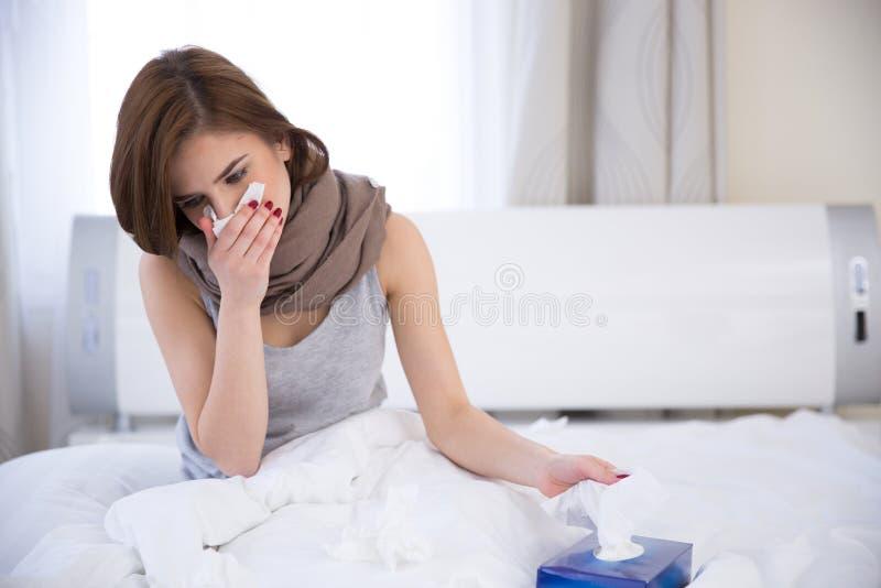 Portret van een zieke vrouw op het bed stock foto