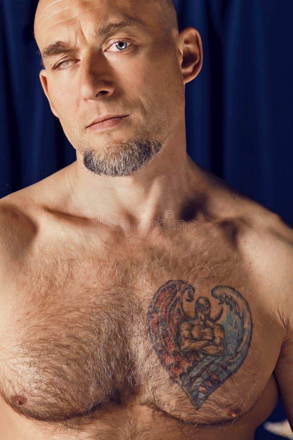 Portret van eenogige circusatleet. stock foto