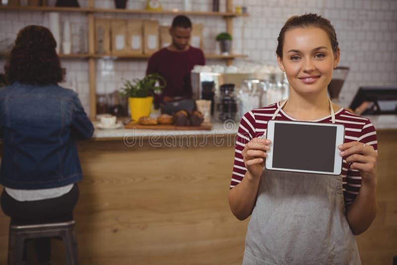 Portret van eigenaar met digitale tablet bij koffie royalty-vrije stock foto