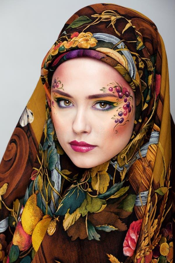 Portret van eigentijdse edelvrouw met creatieve gezichtskunst stock afbeeldingen