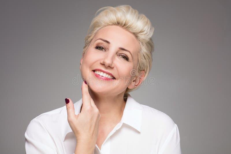 Portret van elegante blonde midden oude vrouw royalty-vrije stock foto's