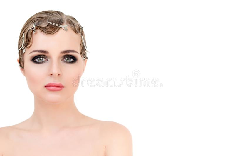 Portret van elegante blonde retro vrouw met mooie haar en smokeyogenmake-up Wijnoogst en de stijl van de glamourschoonheid royalty-vrije stock foto's
