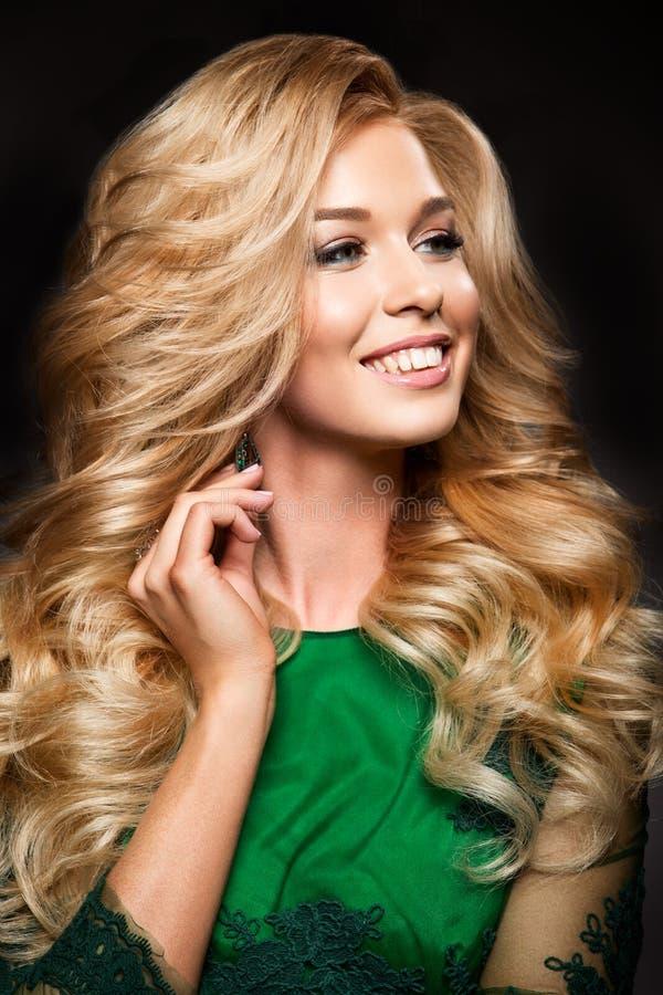 Portret van elegante sexy blondevrouw met lange krullende haar en glamourmake-up stock fotografie