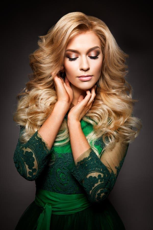Portret van elegante sexy blondevrouw met lange krullende haar en glamourmake-up royalty-vrije stock foto