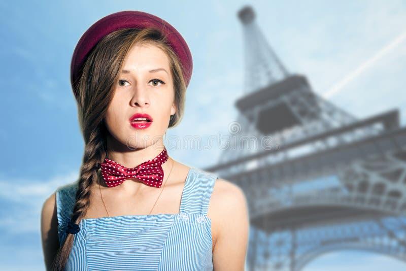 Portret van elegante vrouw over vaag Parijs royalty-vrije stock foto