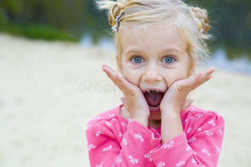 Portret van emotioneel mooi vijf-jaar-oud meisje stock afbeeldingen