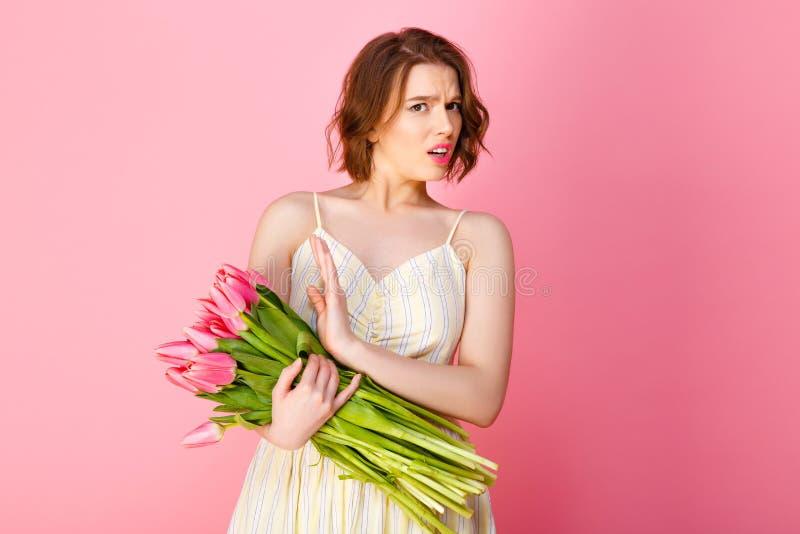portret van emotionele vrouw met boeket van roze tulpen royalty-vrije stock fotografie