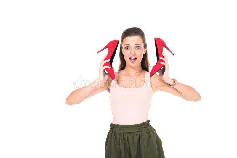 portret van emotionele vrouw met paar rode schoenen die camera bekijken royalty-vrije stock foto's