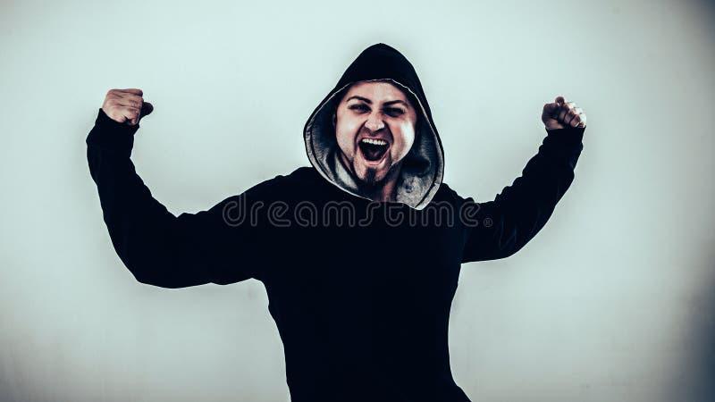 Portret van energieke kerelrapper op een lichte achtergrond royalty-vrije stock afbeelding