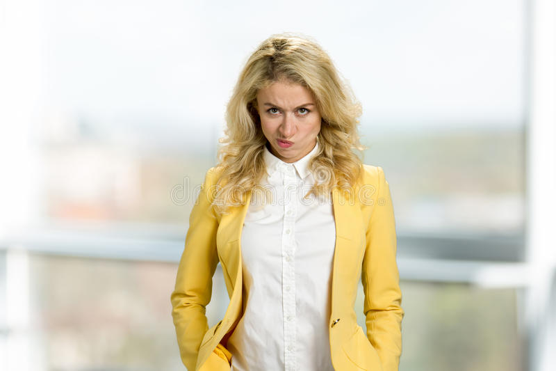 Portret van ernstig boos jong blonde royalty-vrije stock foto