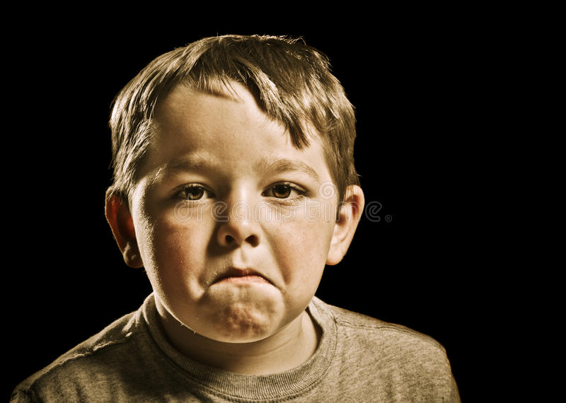 Portret van ernstig, droevig, boos of gedeprimeerd kind stock foto