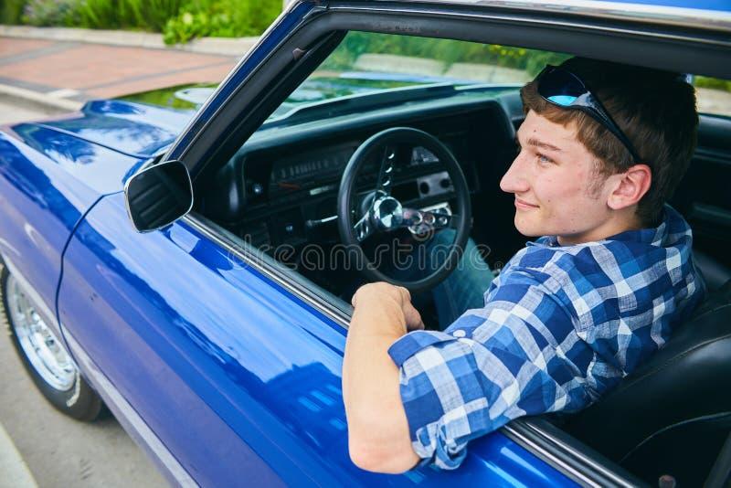 Portret van ernstige jonge mensenzitting in zijn auto royalty-vrije stock foto