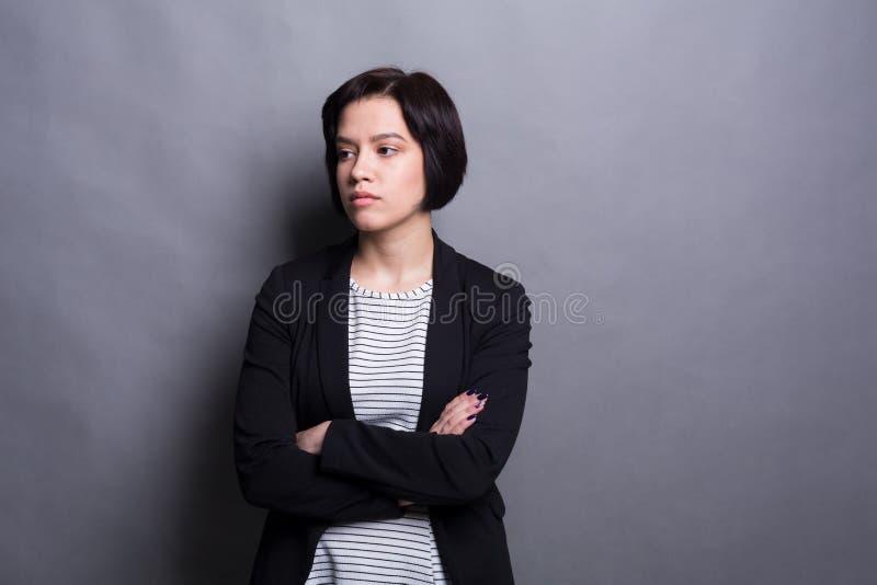 Portret van ernstige jonge mooie vrouw stock afbeelding