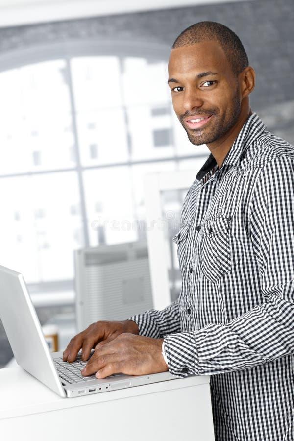 Portret van etnische beambte met laptop royalty-vrije stock foto's